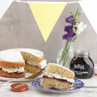 Victoria Sponge Cake mit Mrs Bridges Blackcurrant & Blueberry Preserve